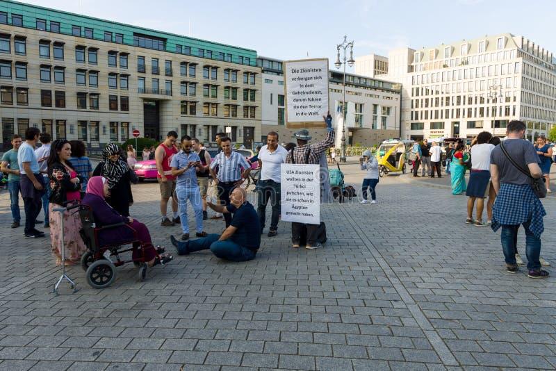 反对犹太复国主义的一次唯一抗议行动在勃兰登堡门前面的Pariser普拉茨 免版税库存照片