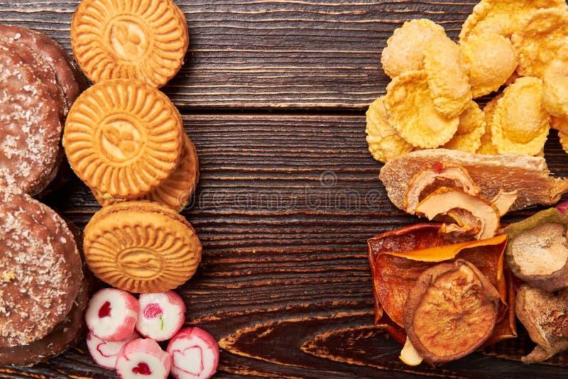 反对甜点的健康食物 免版税库存照片