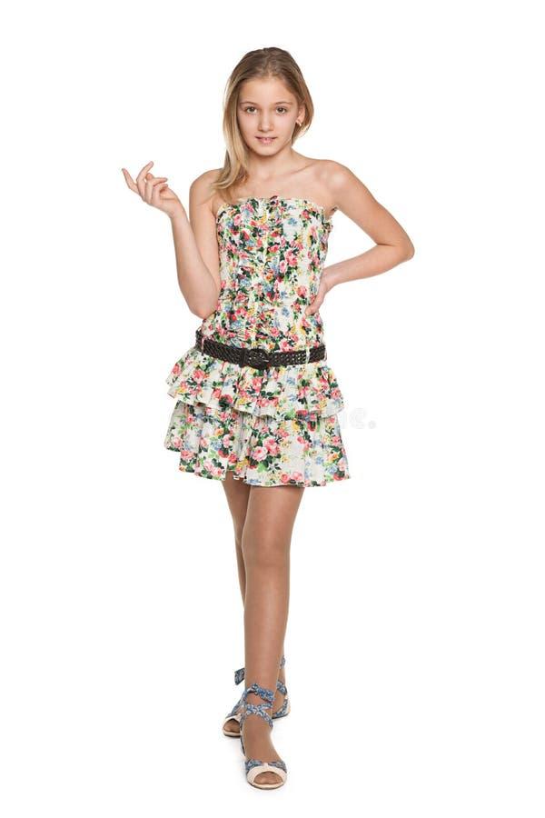 反对白色的时尚俏丽的青春期前的女孩 免版税库存照片