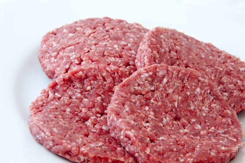 未加工的牛肉汉堡 免版税库存图片