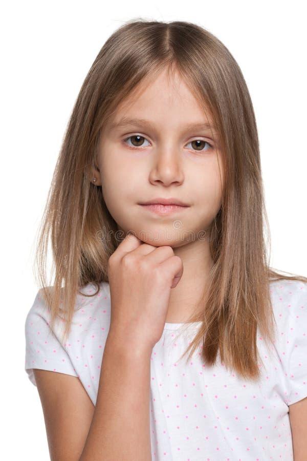 反对白色背景的沉思小女孩 免版税库存照片