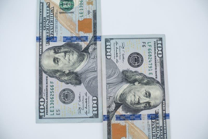反对白色背景的$100张票据特写镜头 财富和财务概念 免版税图库摄影