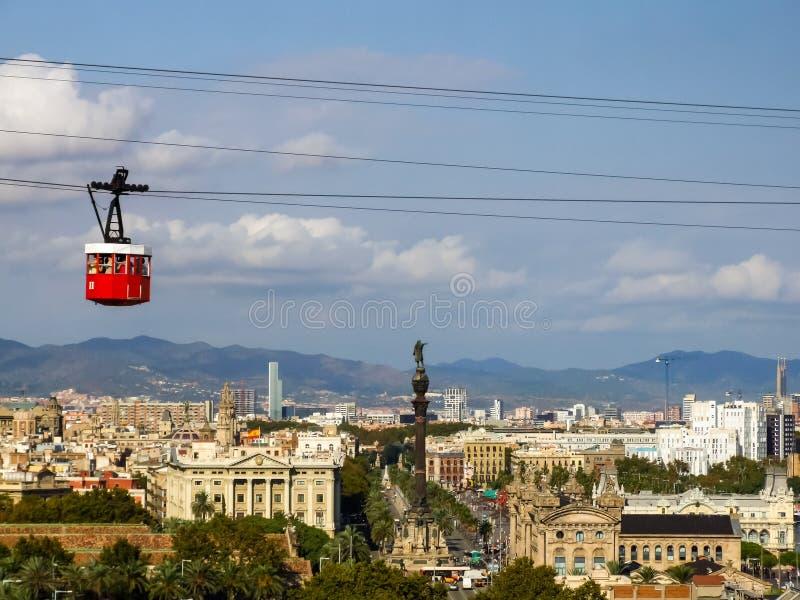 反对看法的空中览绳汽车在市从Montjuïc小山的巴塞罗那 免版税库存图片