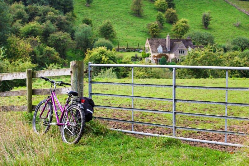 反对篱芭的Bicyle在绿色乡下 库存照片