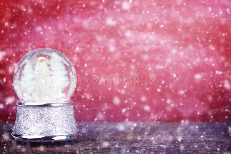 反对红色的Snowglobe 免版税库存图片