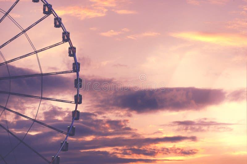 反对美丽的天空的弗累斯大转轮 免版税库存照片