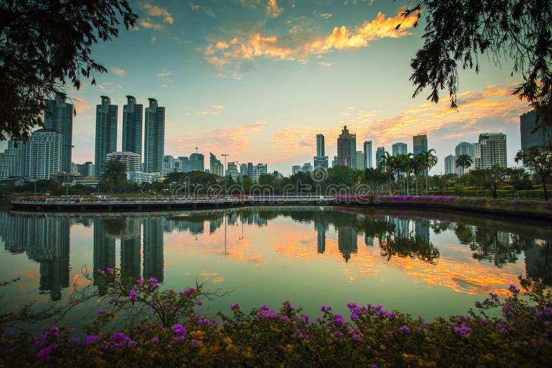 反对美丽的早晨天空的曼谷摩天大楼 免版税库存图片