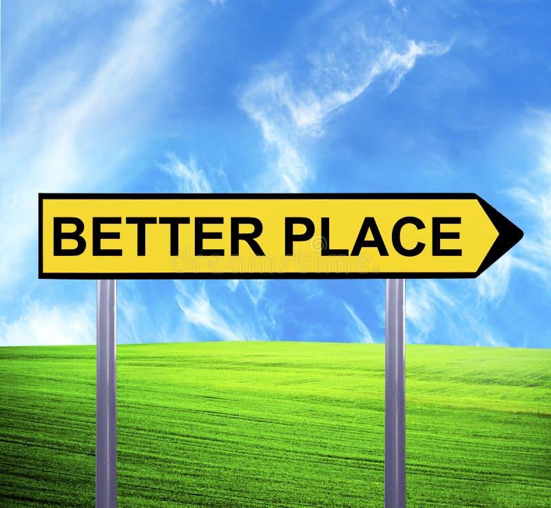 反对美好的风景的概念性箭头标志与文本-更好的地方 免版税图库摄影