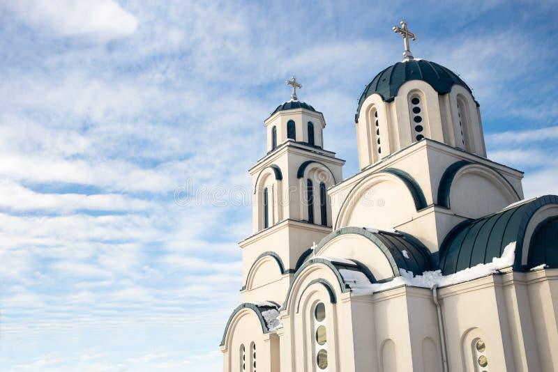 反对蓝天和白色云彩的东正教 免版税库存图片