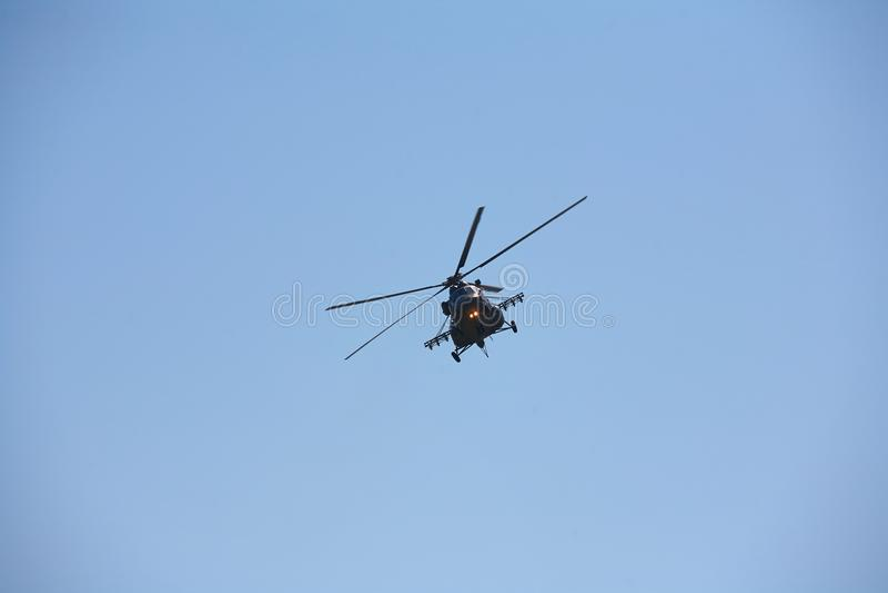 反对蓝天的一架军用直升机 免版税库存图片