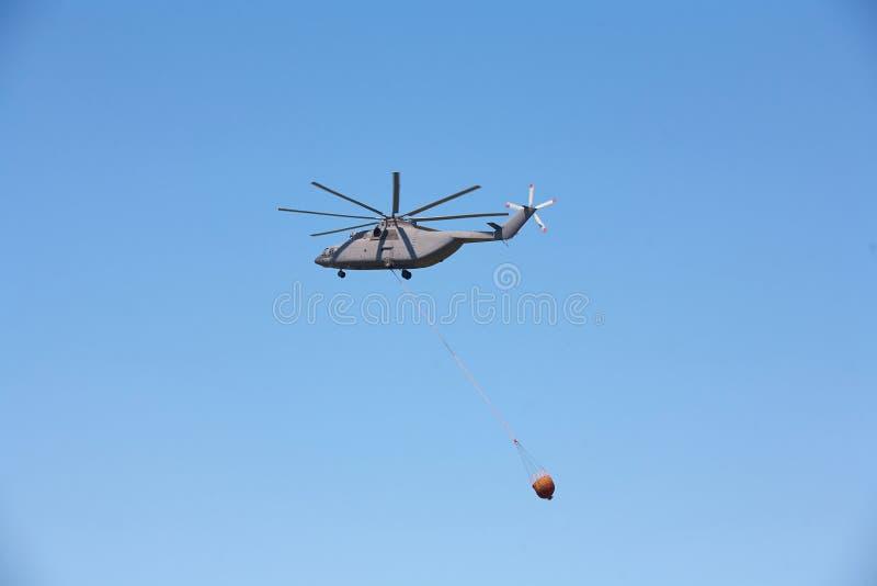 反对蓝天的一架军用直升机 免版税图库摄影