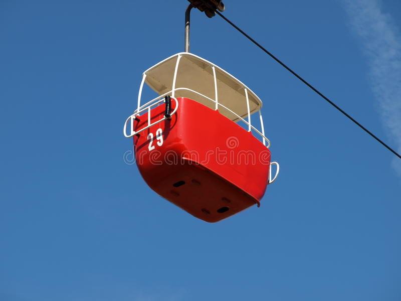 反对蓝天的一辆小缆车在llandudno北部威尔士 图库摄影