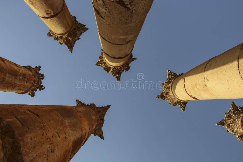 反对蓝天的专栏亚底米神庙在古老Ro 库存照片