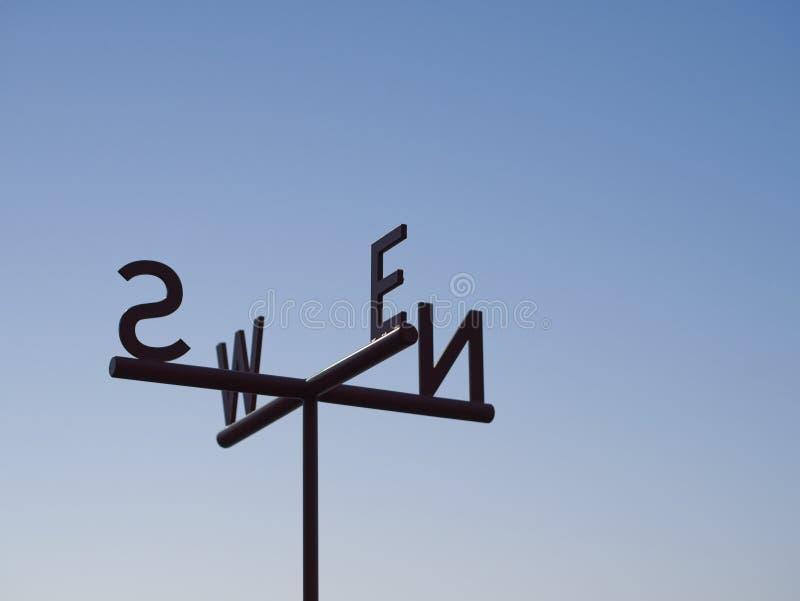 反对蓝天的主要方向方向尖标志 免版税图库摄影
