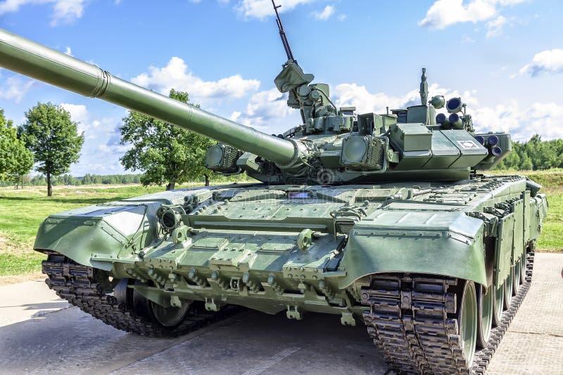 反对蓝天的俄国坦克 免版税库存照片