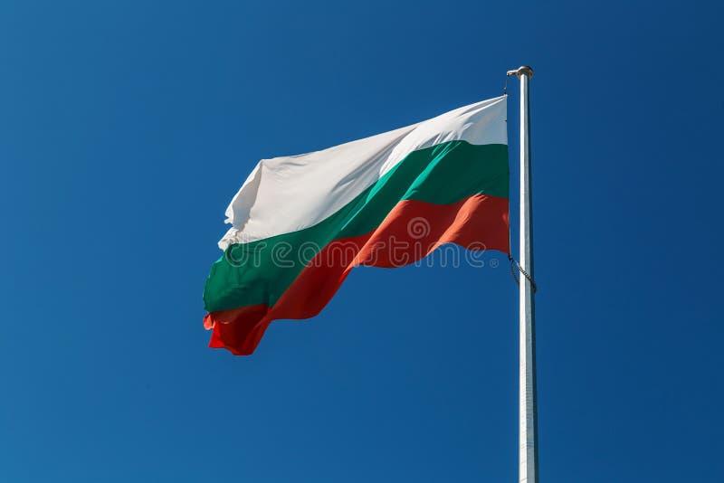 反对蓝天的保加利亚旗子 免版税图库摄影
