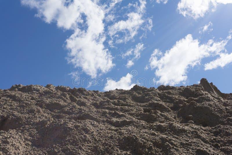 反对蓝天的坚固性山 南西奈沙漠,埃及 免版税库存图片