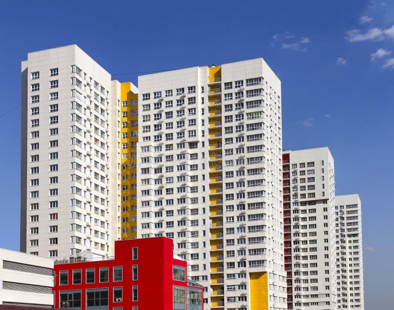 反对蓝天的多层的新的现代公寓 时髦的生存公寓单元 块最近编译了舱内甲板 图库摄影