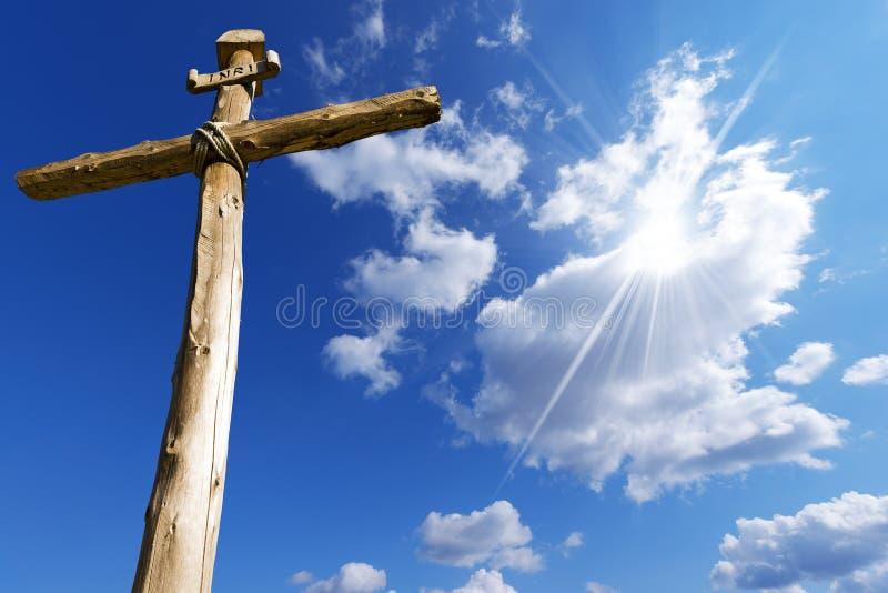 反对蓝天的木十字架 免版税库存照片