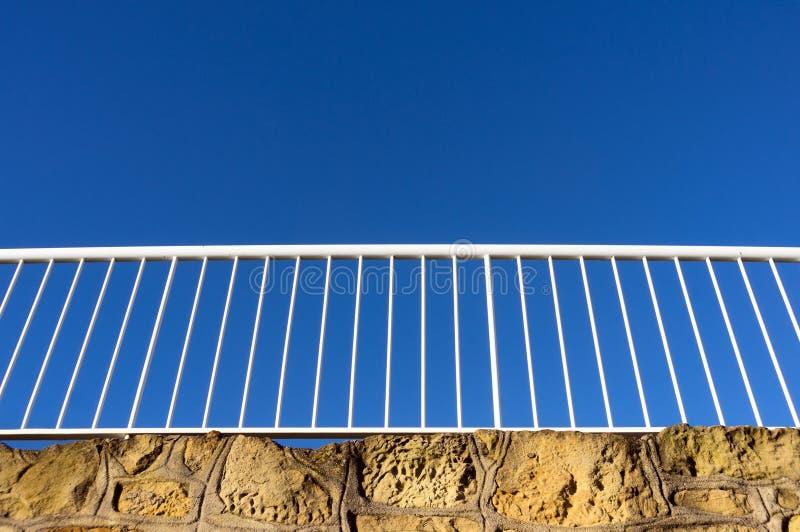 反对蓝天的栏杆 免版税图库摄影