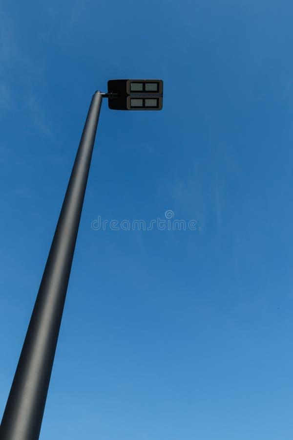 反对蓝天的现代LED街灯岗位 库存照片