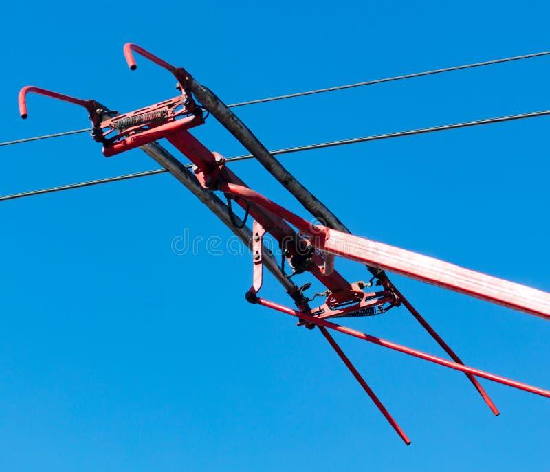 反对蓝天的电车导线 库存照片