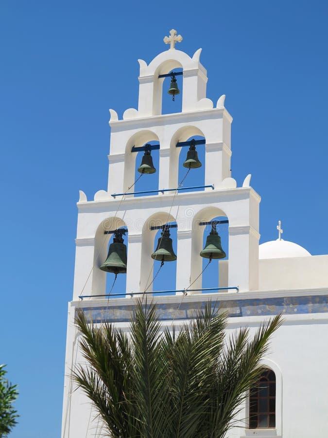 反对蓝天的白色教堂钟塔在希腊 免版税图库摄影