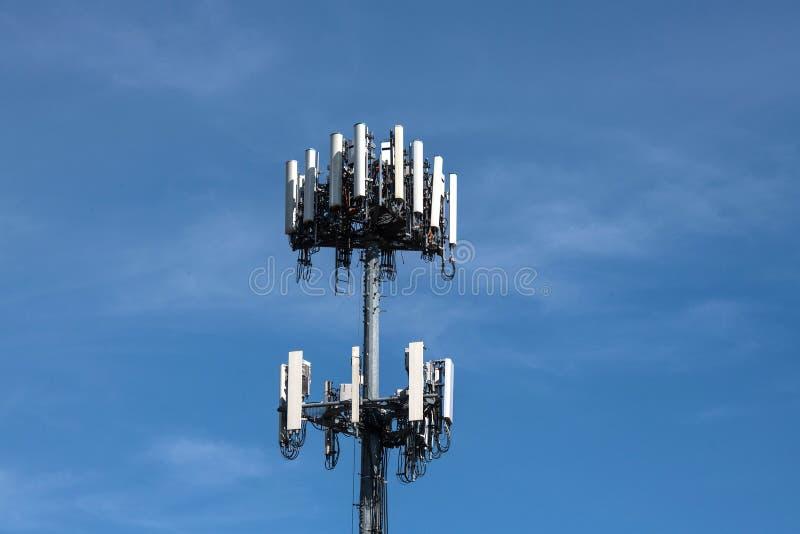 反对蓝天的细胞塔与轻的云彩 库存照片