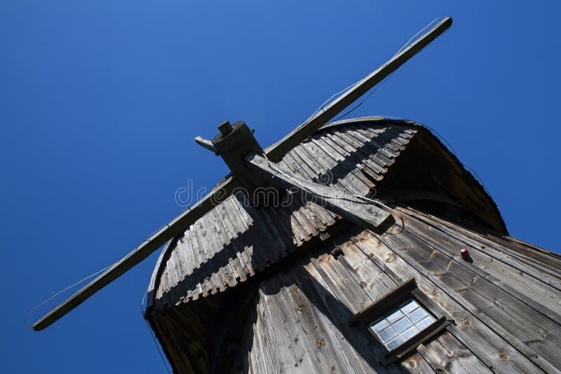 反对蓝天的老木风车 免版税库存图片