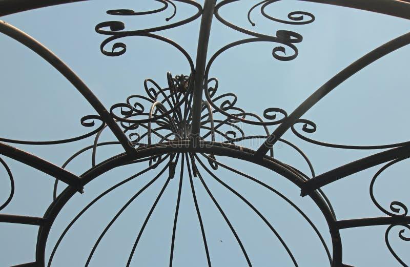 反对蓝天的装饰金属圆顶 图库摄影