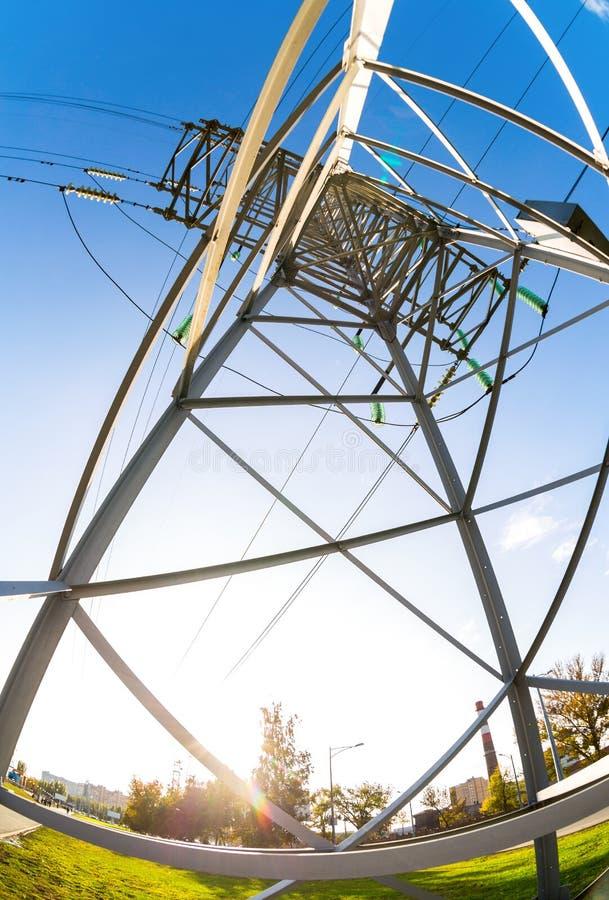 反对蓝天的高压电塔 力量transmis 免版税库存图片