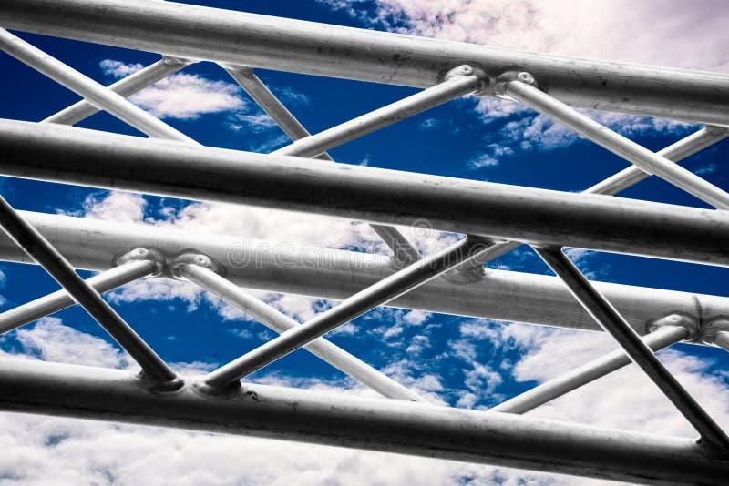 反对蓝天的黑白金属建筑 免版税图库摄影