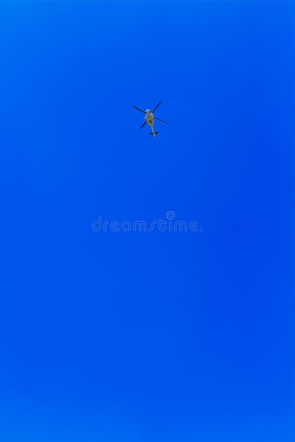 反对蓝天的直升机飞行 库存照片