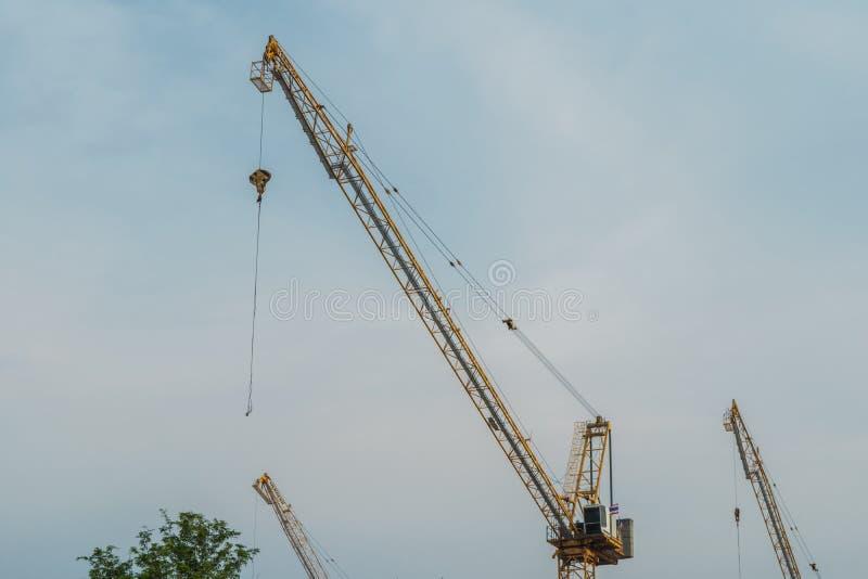 反对蓝天的建筑用起重机塔 免版税库存图片