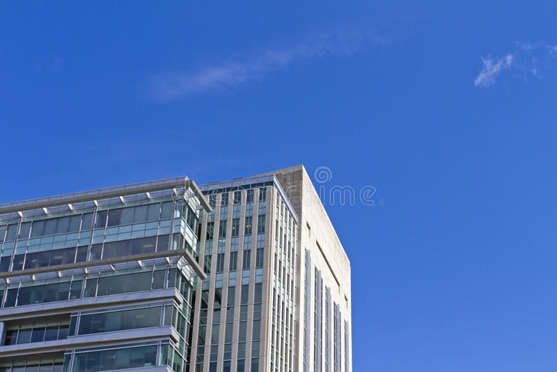 反对蓝天背景的摩天大楼大厦 免版税库存图片