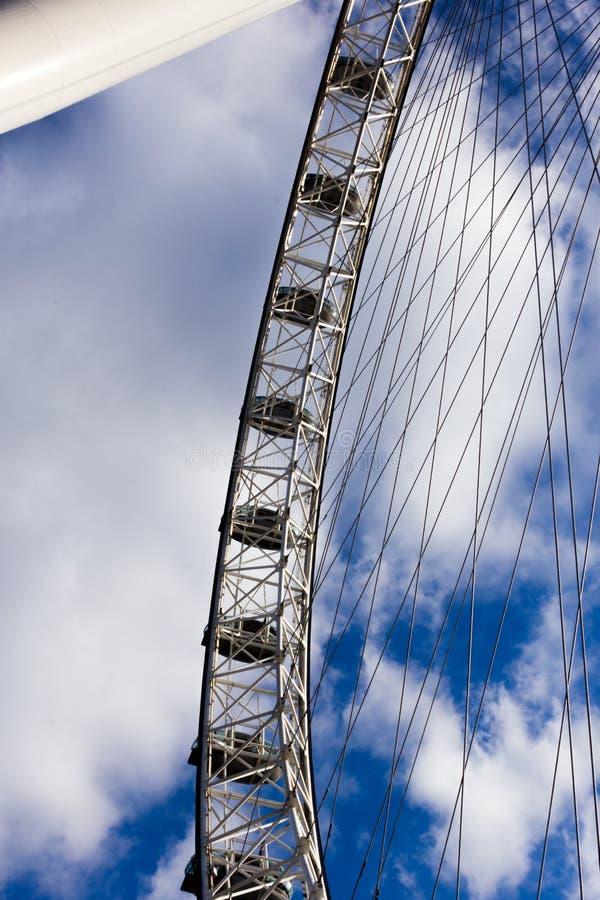 反对蓝色和多云天空的伦敦眼 免版税库存图片