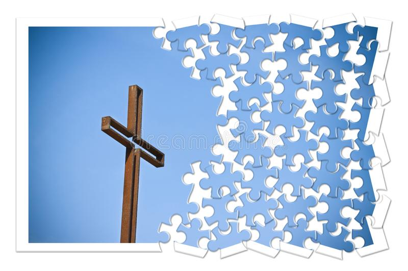 反对蓝色背景的生锈的铁十字架-改建我们的信念-在拼图形状的基督徒发怒概念图象 库存照片