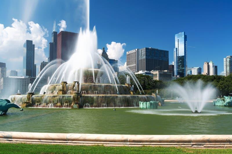 反对街市芝加哥地平线的喷泉 库存图片