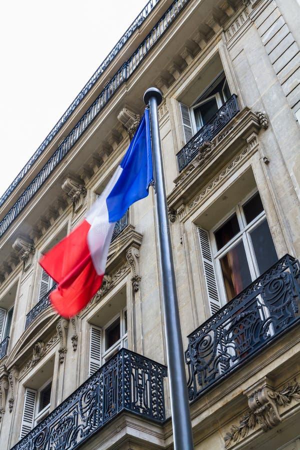 反对街道大厦的法国旗子 图库摄影