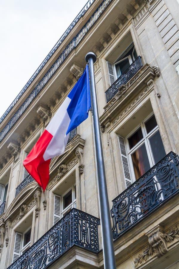 反对街道大厦的法国旗子 库存图片