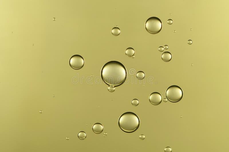 反对表面的金黄泡影流程 库存图片