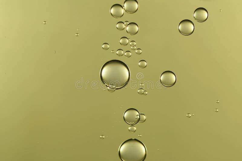 反对表面的金黄泡影流程 免版税库存图片