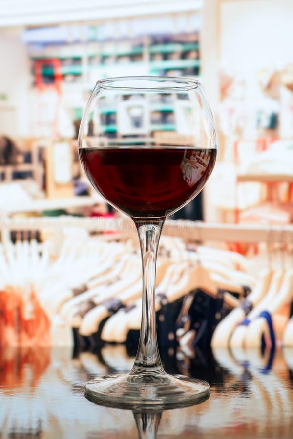 反对被弄脏的衣裳商店的酒杯 免版税库存照片