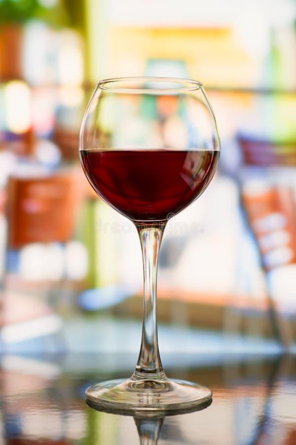 反对被弄脏的餐馆的红葡萄酒玻璃 免版税图库摄影