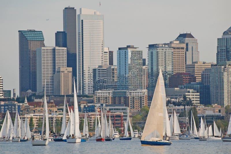 反对西雅图地平线的风船 免版税图库摄影