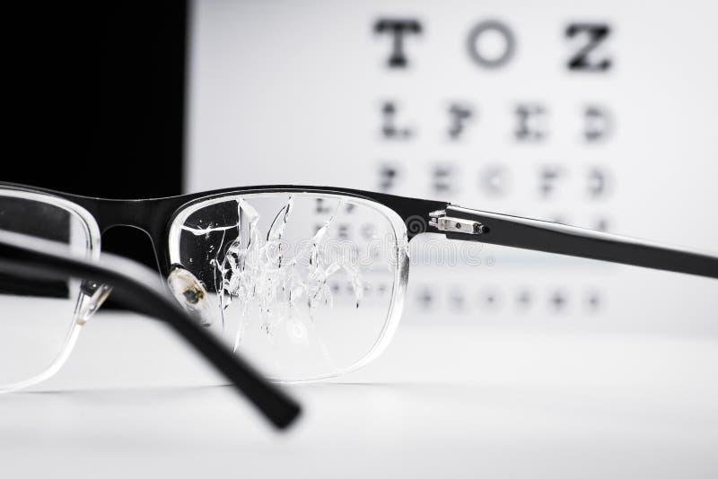 反对视力检查表的破裂的玻璃 库存图片