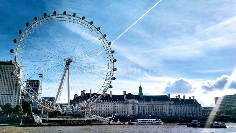 反对酥脆蓝天的可口可乐伦敦眼 免版税库存照片