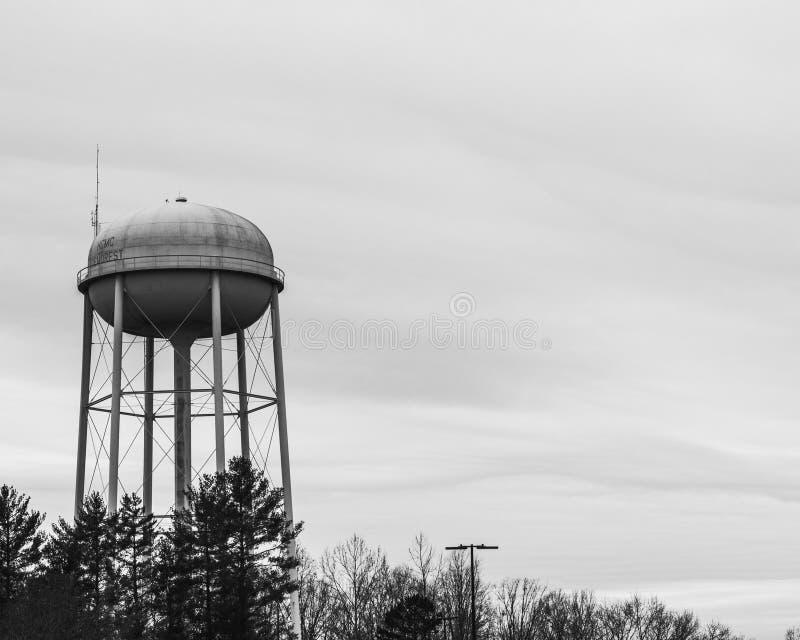 反对重的云彩天空的老水塔  库存图片