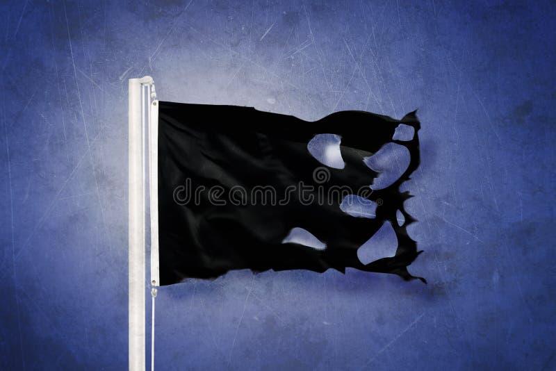 反对难看的东西背景的被撕毁的黑旗飞行 库存例证