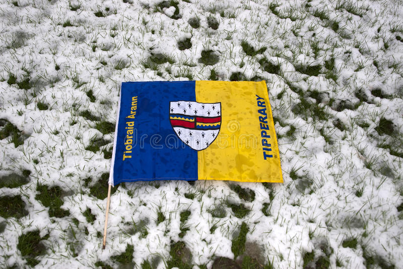 反对雪的Tipperary旗子 图库摄影
